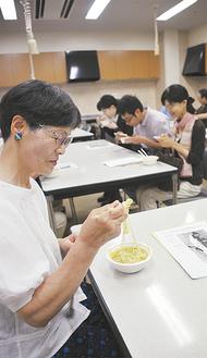 国民食「モヒンガー」を食べる参加者ら