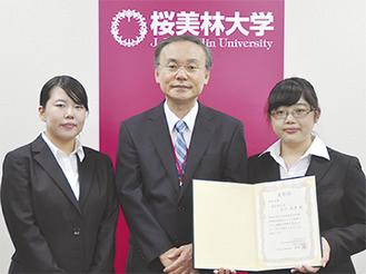 右から石川彩季さん、李光一副学長、佐藤璃奈さん(12日撮影)