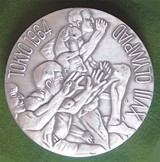 引き出しの奥深くに眠っていたというプレス用に配られた記念メダル