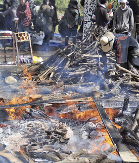 土器を縄文野焼きの技法で焼成