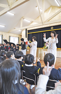 先生が歌を披露。緊張していた園児らにも笑顔