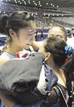 代表が決定した瞬間、他の選手と抱き合い喜びを分かち合う内山選手(顔)