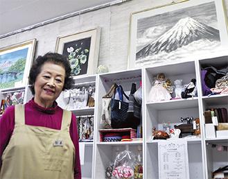 お店には鈴木さんがテレアポ時代に出会い、現在もハマっている「漆喰造形絵画」作品も飾られている