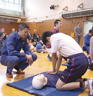真剣に訓練に取り組む児童(17日 日本聾話学校)