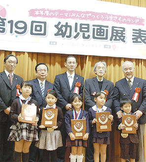 元気に表彰式に参加する園児らと審査員の役員ら
