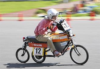 3輪のエコソーラーバイク「PW2」で疾走する稲川遼リーダー(サレジオ高専提供)