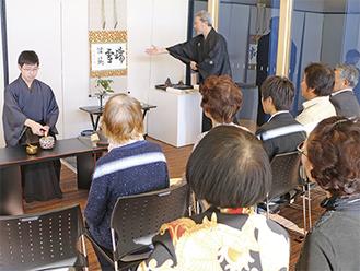 手前を披露する伊藤宗潤さん(左)