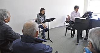 松岡邦忠教授の演奏に合わせて岡村実和子さんが歌を披露(19日・桜美林大)
