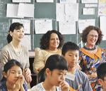 発表に笑顔を見せるベリル・ローズ・シスル大使(後列中央)
