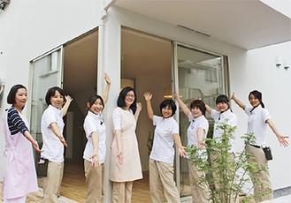 シェアハウスを案内する女性職員たち