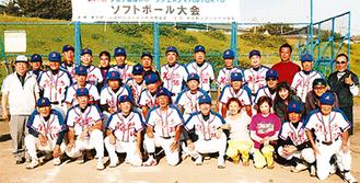 東京都大会で優勝した町田メイツのメンバー(昨年10月=町田メイツ提供)