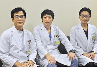 同院の役割ついて伝える小松弘幸センター長(中央)と奥村武則医師(右)、佐久本昇医師(左)