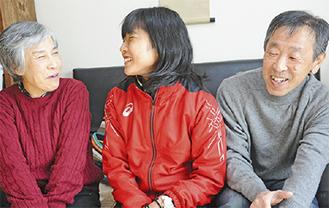 文字さん夫妻と談笑する関根選手