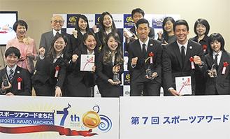 各賞に輝いた選手たち(3日、市庁舎2階市民協働おうえんルーム)