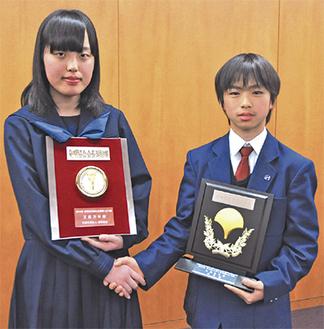お互いの栄誉をたたえ合う2人。右が大槻紘生さん、左が工藤万幸さん