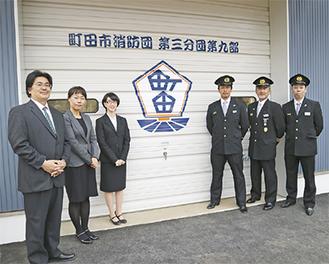 シャッター前に立つ内村雛子さん(左から3人目)たち
