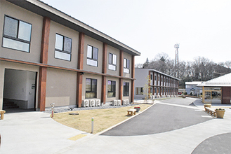 高齢者向け住宅(手前)と学生向け住宅(奥)が並ぶ。コミュニティロードを挟んでレストラン&多目的ホール