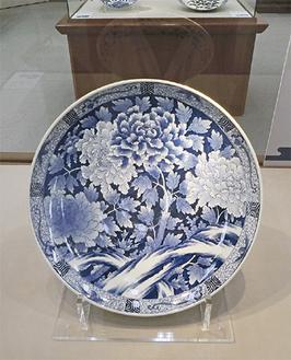 展示中の『染付牡丹文大皿』「ぜひ裏側も観てください」