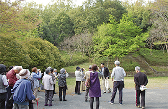 野鳥を観察する参加者