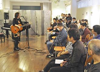 熱唱する加藤志乃ぶさん(13日)