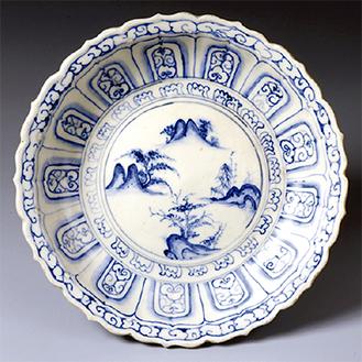 青花山水文盤(せいかさんすいもんばん) ベトナム 15世紀 口径33.6cm町田市立博物館蔵