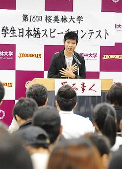 流ちょうな日本語でスピーチする留学生