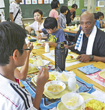 児童と給食を楽しむクズワヨ臨時代理大使
