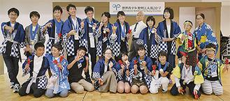 日本の海外派遣団20人。後列右から2人目が大槻さん、左から3人目が工藤さん、4人目が佐藤さん(同クラブ提供)