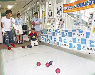ボッチャを楽しむ鹿沼由理恵選手(左)