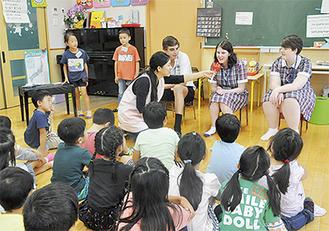 児童の質問に答える留学生