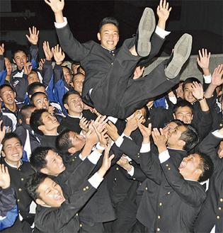 チームメイトから胴上げされ、宙を舞う櫻井周斗投手