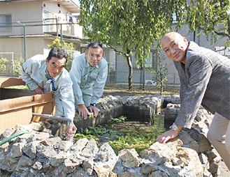 「子どもたちの喜ぶ姿を想像して井戸を作りました」と小林校長=右