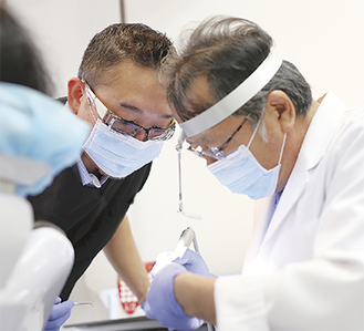 大滝正行院長(右)と岩城謙二歯科技工士によるチーム医療