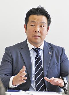 記者会見する河辺康太郎氏