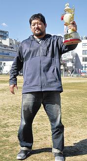 トロフィーを掲げる石川選手