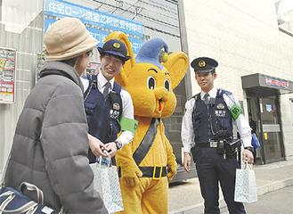 店頭で呼びかける警察官