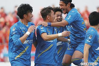 深津(中央)の先制弾に喜ぶ選手たち