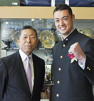 高校球界の名将・小倉監督と金成選手(右)