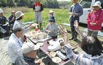 タケノコご飯を楽しむメンバー(13日)