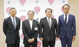 写真左から小倉全由野球部監督、石阪丈一町田市長、新井勇治校長、三木有造野球部部長
