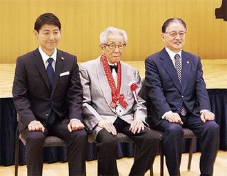 式典後の記念撮影=左から若林章吾町田市議会議長、荒谷俊治氏、石阪丈一町田市長