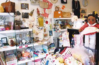 プレゼントにも好適な雑貨や手作り品も多数用意