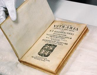 受贈された1612年出版のアントニオ・ネリ著の「ラルテ・ヴェトラリア」イタリア語初版本の表紙=5月9日、町田市役所で撮影