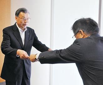 石阪丈一町田市長から感謝状を受け取る五十嵐隆組合長(5月29日)