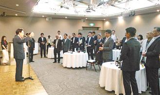 山本相談役の発声で乾杯をする懇親会出席者