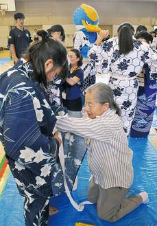 着付けを手伝う金井女性の会のメンバー