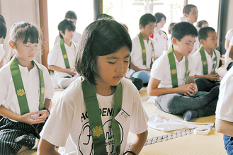 真剣な表情で座禅を組む参加者たち