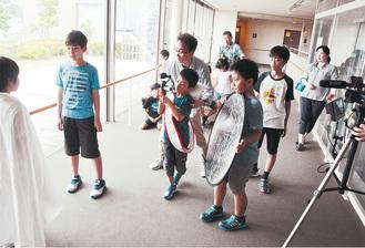 小中監督(中央)の指導のもと、真剣に自分の役割をまっとうする子どもたち(24日)