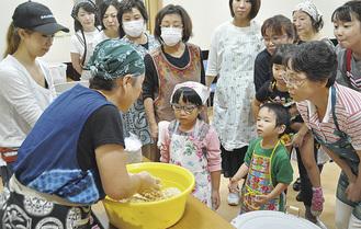 五代目当主・井上千重さん(左手前)の実演に熱心に見入る参加者ら
