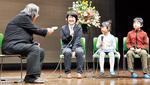 小林はくどう氏(左)の講評を受ける町田市長賞受賞者